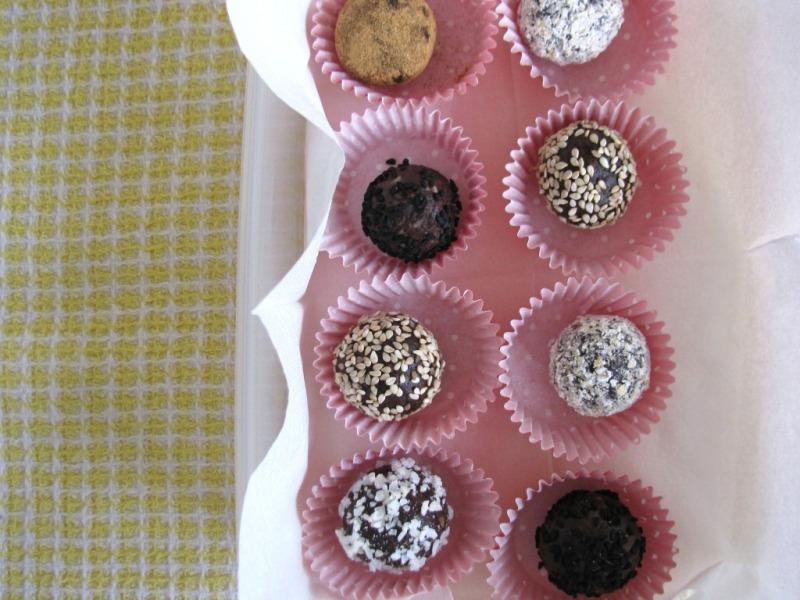 Date and Cocoa Energy Bites {vegan+gf}
