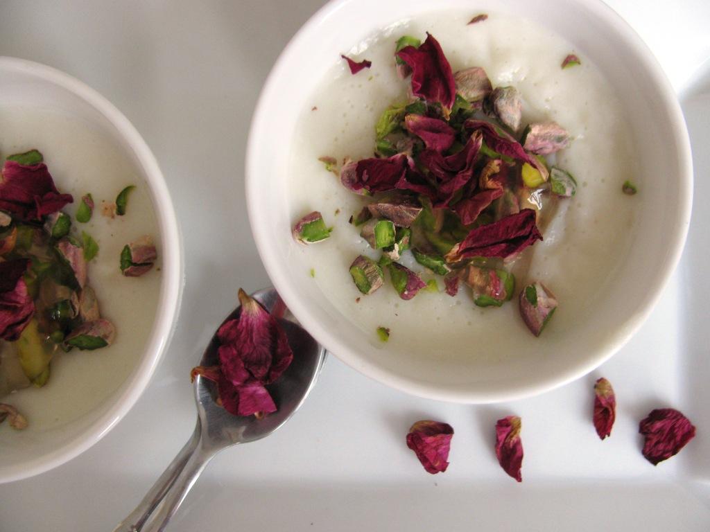 Muhallabieh – mliječna krema s ružama, pistacijama i sirupom od limuna