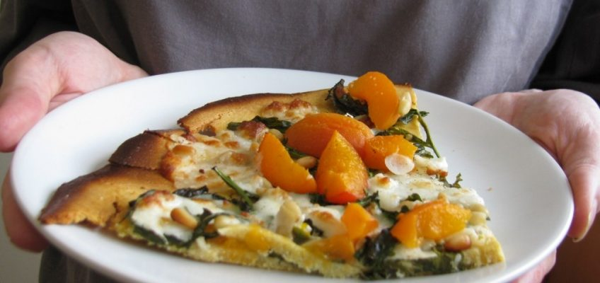 Socca – zdravija pizza s marelicama, rikulom i kozjim sirom