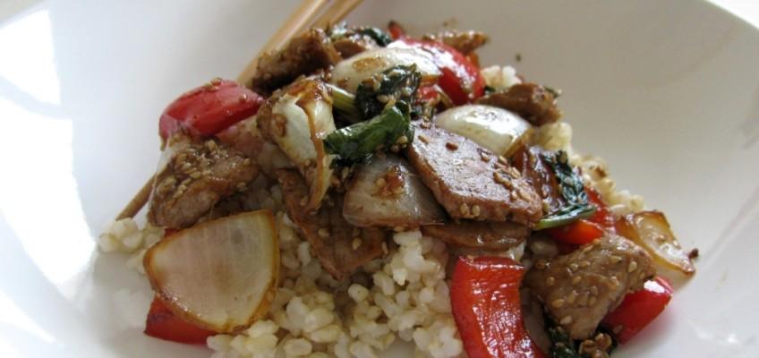 Slatko-ljuta teletina u woku s paprikom, blitvom i sezamom
