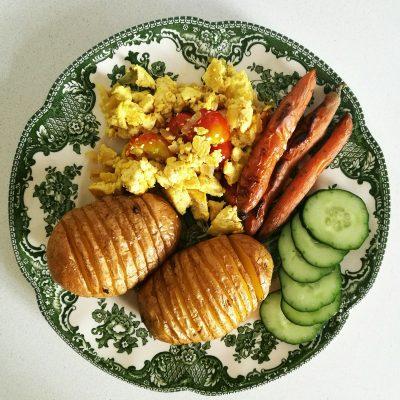 """""""Hasselback"""" krumpiri, pečena mrkva, tofu kajgana s povrćem i svježi krastavci"""