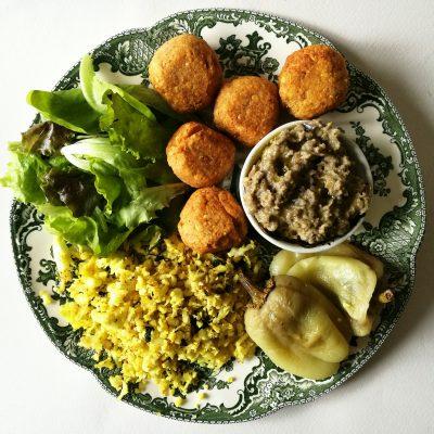 Okruglice od leće, riža od karfiola, pečene paprike, namaz od patlidžana i salata
